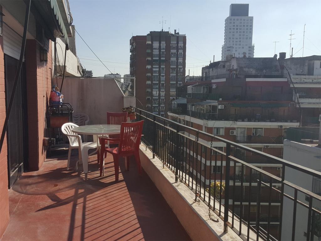 Monoambiente con balcón terraza al frente